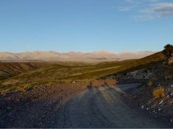 Die alte Ruta 40 folgt der Kordillera immer in sichtweite. Irgendwo dort oben, nahe des Cerro Sosneado, verschwand Ende Oktober 1972 Flug 571 der Uruguayischen Luftwaffe. Die Überlebenden ernährten sich an den Verstorbenen.