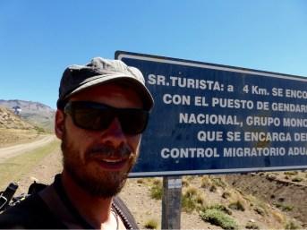 Señor Turista wird informiert, dass die Grenze naht, wo er kontrolliert werden würde.