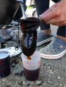 Dazwischen gibts Kaffee a la bicicleta: Der verlorene Filter wird erfolgreich durch eine Socke ersetzt. Sieht lecker aus? War es auch!