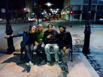 Patagonia by Night. Orlando hatte uns nicht nur in der Tankstelle übernachten lassen, sondern zeigte uns in Punta Arenas auch noch das Nachtleben.