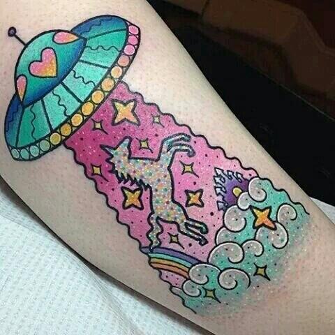 tatuaje de platillo volador