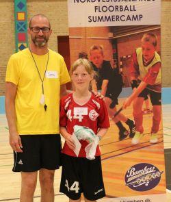Julie Dehli Sørensen (th) blev vinder af Camp Konkurrencen. Gavekort overrakt af instruktør Jens Albagaard