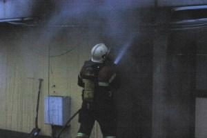 Brand i storskraldrum under boligblok i Agervang. Foto: Rolf Larsen.