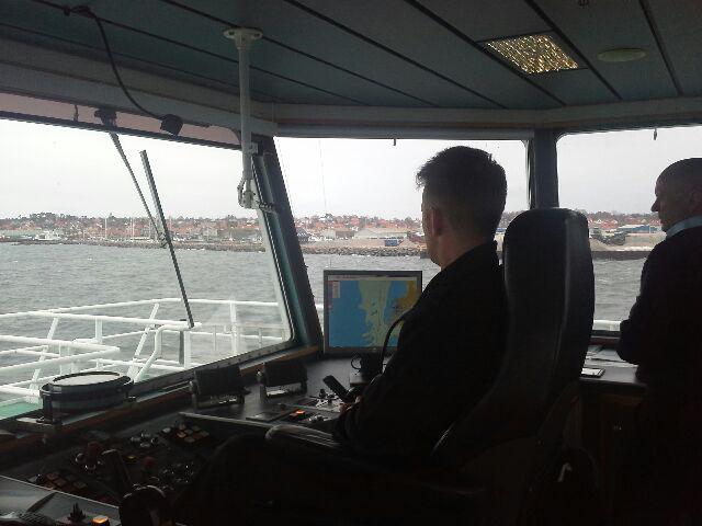 Holbæk-Orø færgen på vej ud af Isefjorden med Hundested om styrbord. Foto: Lars Wolfgang Hansen.