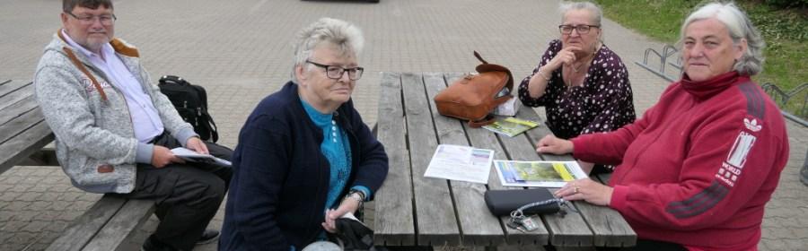 Billedtekst : Fire turister på Orø en tirsdag efter pinse og de kunne ikke finde et eneste spisested der var åbent ved 15 tiden . En dårlig start på et ø-besøg og ikke et sted de ville anbefale. Foto: Jesper von Staffeldt.
