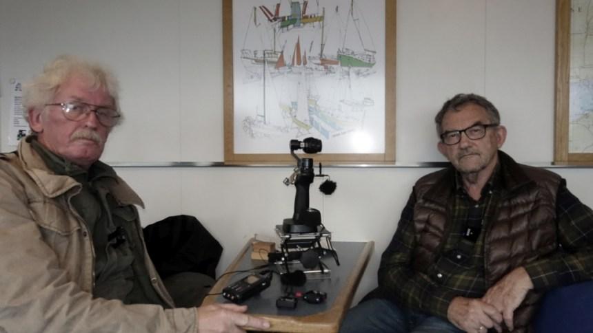 Holbaekonline.dk's Jesper von Staffeldt interviewer Bent Brandt (th.) om bord på Orøfærgen.