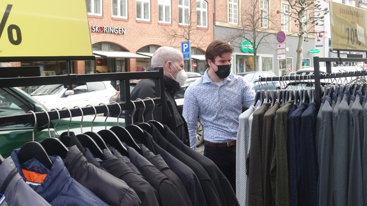 I dag åbnede butikkerne – Selv parkeringsvagten havde flere kunder
