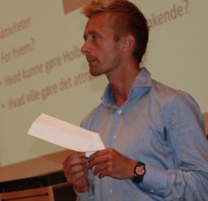 Projektleder, DGI-huse og haller Anders Seneca bad de fremmødte om at sende deres ideer ned til ham som papirflyvere. Foto: Holbæk Kommune