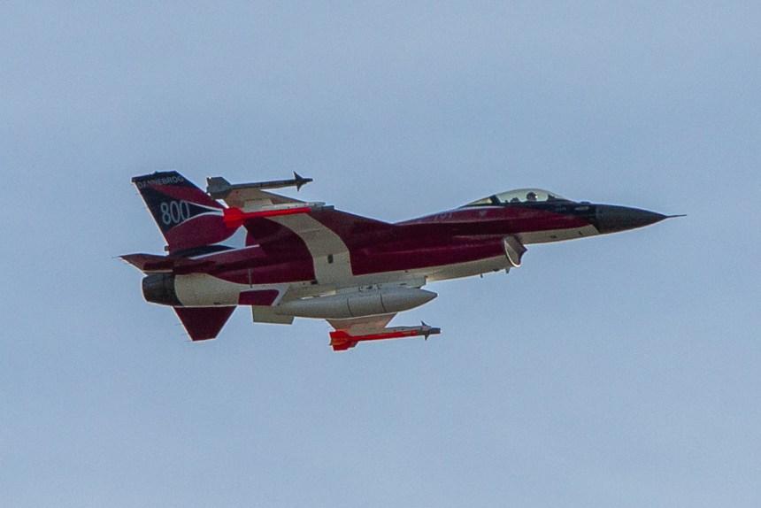Bemalet med Dannebrog fløj dette F16 fly over Holbæk Skt. Hansaften. Foto: Michael Johannessen.