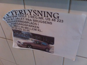 Bilen efterlyses på opslag. Mobilfoto: Holbaekonline.dk