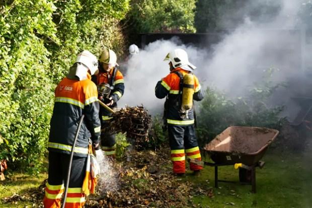 Brandfolkene fik hurtigt slukket ilden, der var opstået da naboen brændte ukrudt af med en ukrudtsbrænder. Foto: Michael Johannessen.
