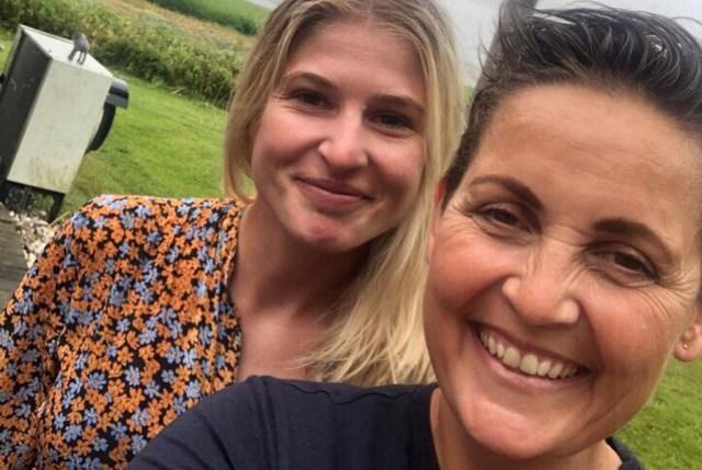 Christina Krzyrosiak Hansen og Pia Olsen Dyhr hyggede sig tirsdag på Orø. Privatfoto/Facebook