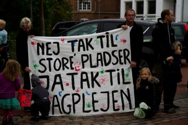 Omkring 40 forældre og dagplejere tog onsdag imod byrådspolitikerne foran Rådhuset. Foto: Michael Johannessen.