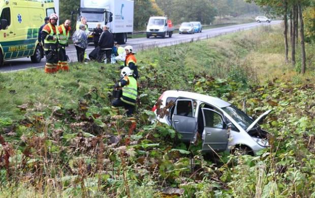 En bilist endte i grøften, da han fik et ildebefindende. Foto: Skadestedsfotograf.dk - Johnny D. Pedersen.