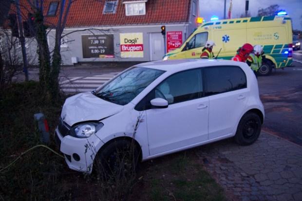 Dette er den ene af to biler, som fredag morgen stødte sammen i Tuse. Foto: Michael Johannessen.