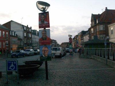 Ved seneste kommunalvalg i 2009 var der også kamp om at komme op og hænge i lygtepælene Arkivfoto: Holbaekonline.dk