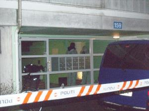 Politiets teknikere undersøger en stuelejlighed i Ladegårdsparken. Foto: Rolf Larsen.