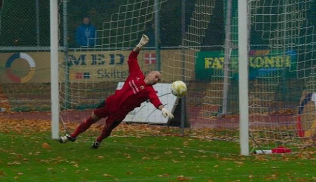 Bolden går lige forbi Birkerøds målmand. Foto: Michael Johannessen.