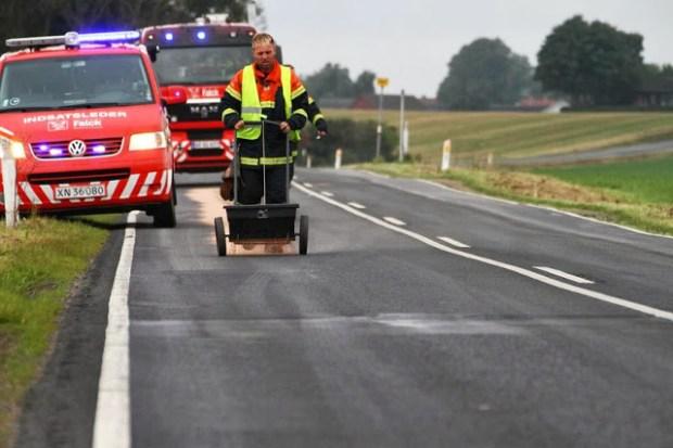 Der blev spredt en stor mængde kattegrus efter en traktor havde spildt Hydraulik olie ved Askov Huse. Foto: Skadestedsfotograf.dk - Johnny D. Pedersen.