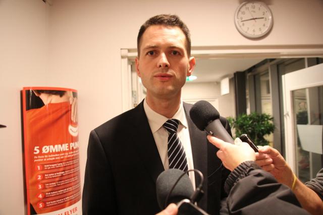 Søren Kjærsgaard taler med pressen på valgnatten og inviterer socialdemokraterne til forhandlinger. Foto: Rolf Larsen.