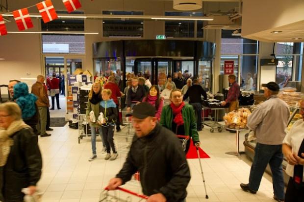Der var gode tilbud ved åbninge af SuperBrugsen i Tølløse - og dem benyttede kunderne sig af. Foto: Michael Johannessen.