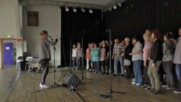 Gospelkoret UpRising  under lydoptagelse på Den rytmiske Højskole i Vig. Foto: Jesper von Staffeldt.