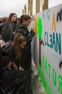 Iført sorte plastiksække maler eleverne streetart. Foto: Torben Ulrik Nissen/CKU.