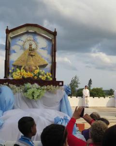 La procesión en el día de la Caridad se inició al pie de la Loma de la Cruz