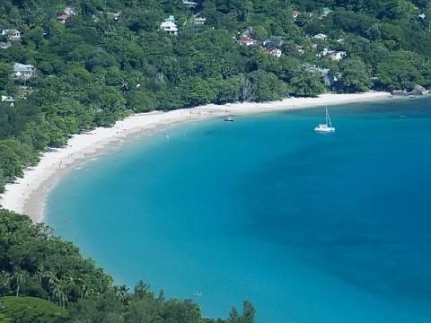 отдых на Сейшельских островах, самый известный пляж острова Маэ - Бо-Валлон (Beau Vallon)