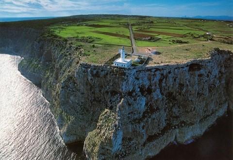 Отдых на островах Испании, Форментера, маяк, расположенный на отвесной скале на наиболее высокой точке острова - это место всегда вдохновляло Жюля Верна