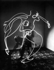 artist-pablo-picasso-painting-with-light-in-a-long-exposure-photo-vallauris-france-1949-photo-by-gjon-mili-life-photo-archive1