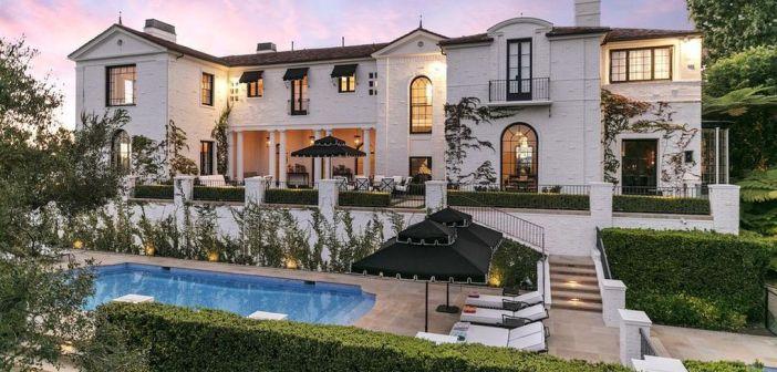 BINNENKIJKEN in het huis van SPICE GIRLS en IDOLS-bedenker SIMON FULLER die nu nog 'maar' 35 miljoen dollar wil hebben voor zijn optrekje in Los Angeles