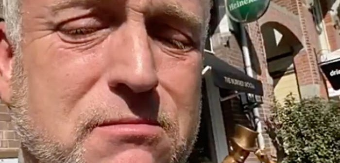 Niet meer aanspreekbare Gordon afgevoerd met ambulance