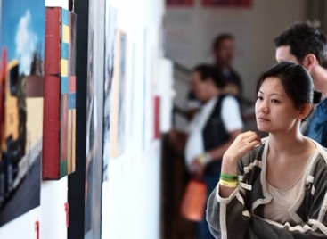 The crowds gathered to view art at the Venice Family Clinic's Annual Art Walk and Auctions at Google Los Angeles on May 22, 2016 in Venice, California. (Photo by Jason Kempin/Getty Images for Venice Family Clinic)