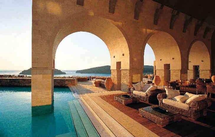 ギリシャ プールが美しいホテル