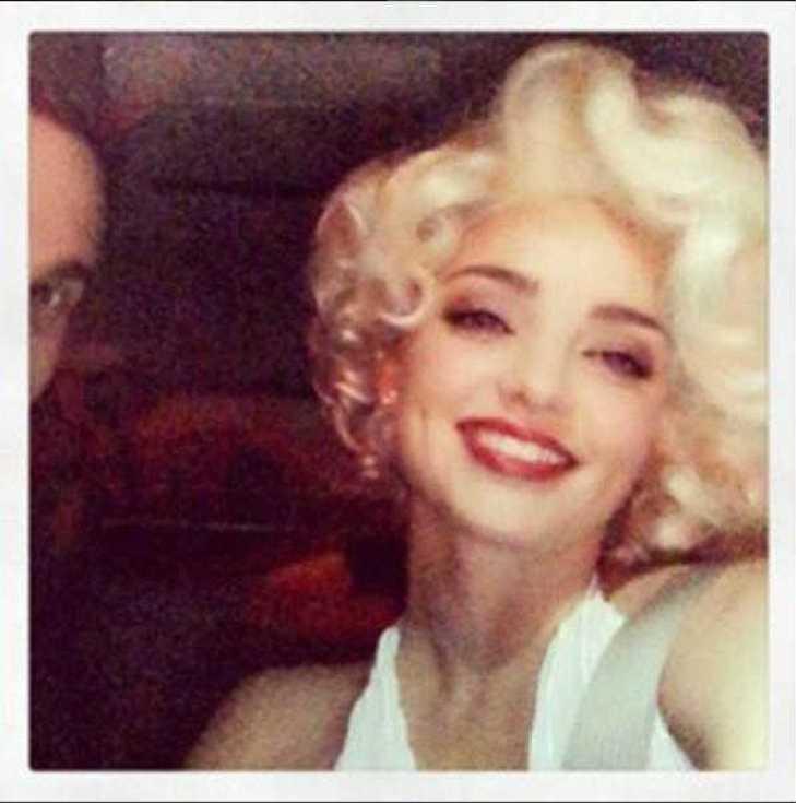 ミランダ・カー ハロウィンでマリリン・モンローに仮装