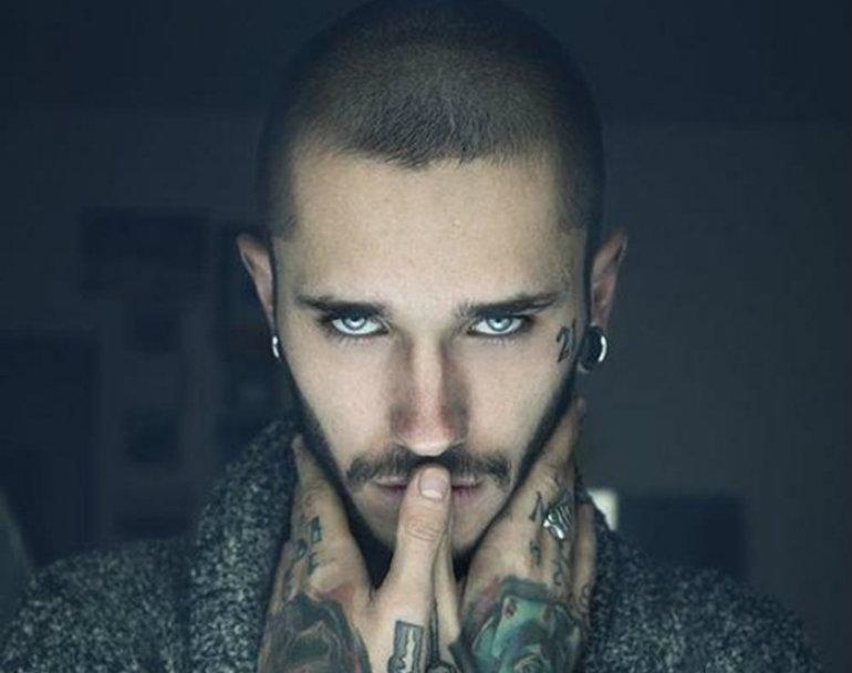 灰色の目の男