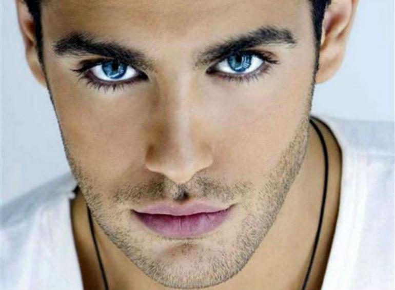 青い目の男