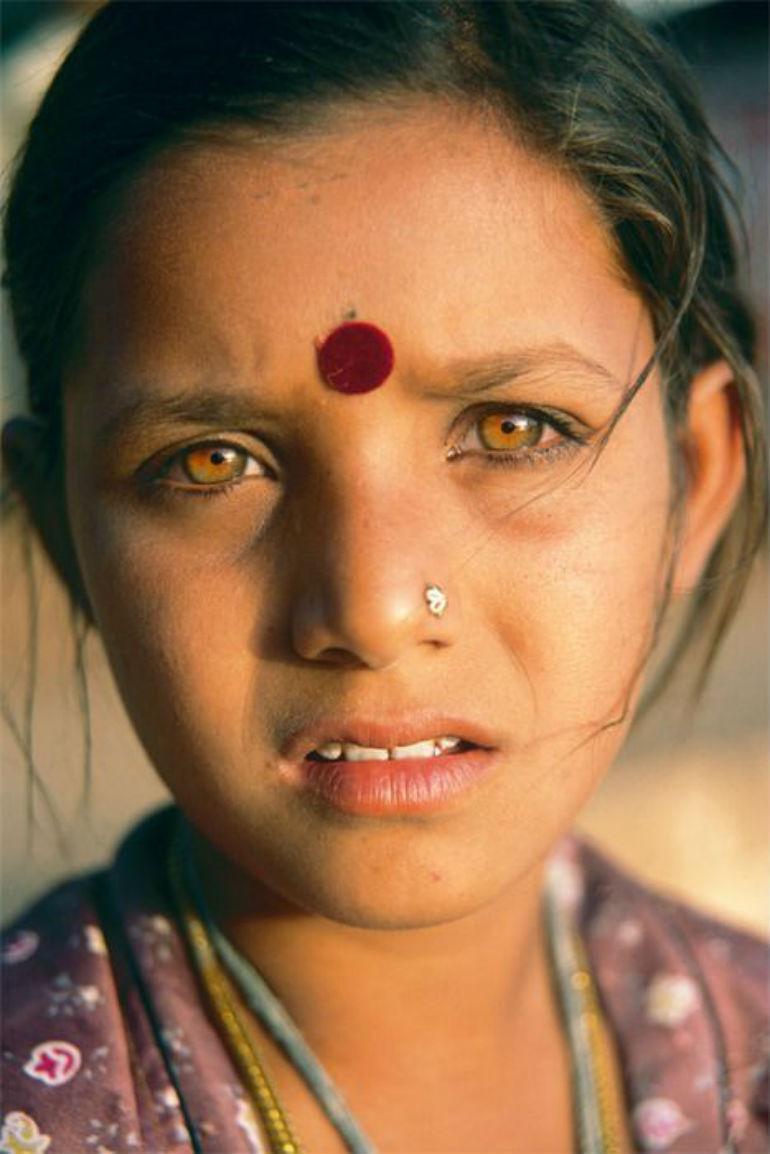 黄色の目の少女