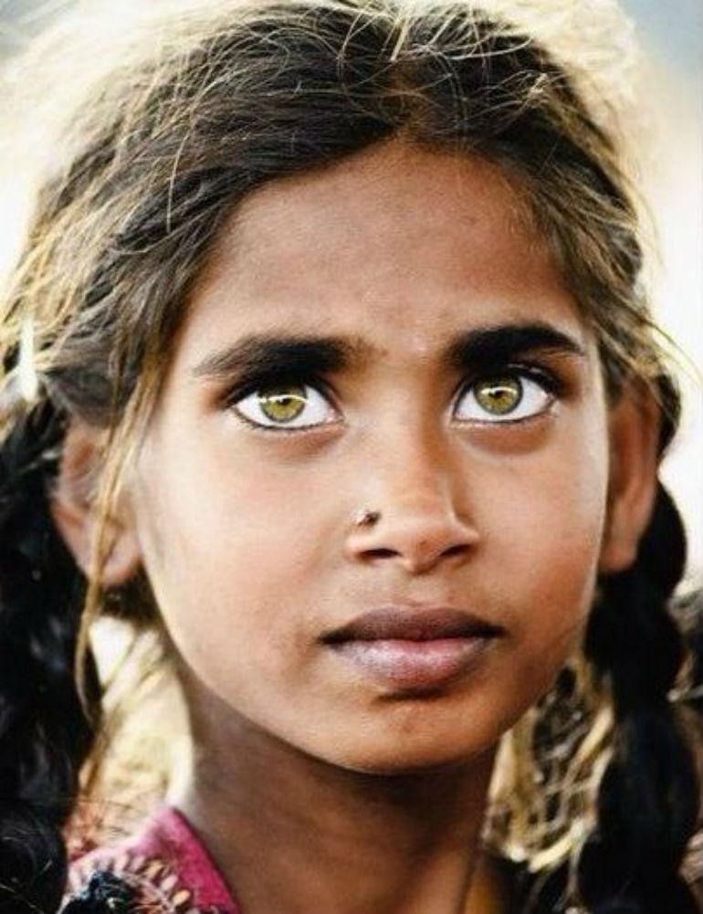 ヘーゼルの瞳の少女