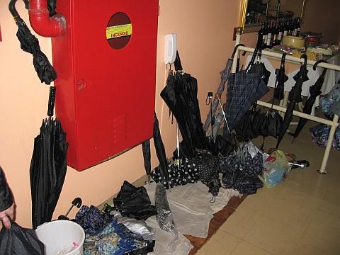 Guarda chuvas na entrada no restaurante La Bocca, na Rua São Bento - 19/07/2004
