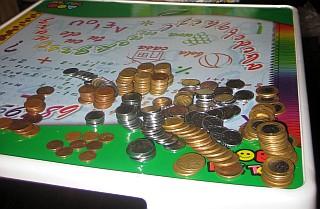 Mesa com moedas do cofrinho