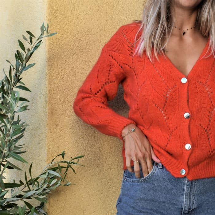 femme portant un gilet rouge grosse maille