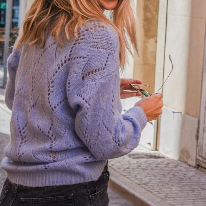 femme portant un short en jean et un gilet maille ajourée bleu parme