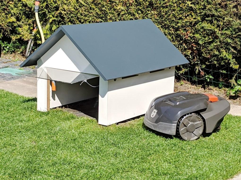 Garage Rasenroboter mit Klappe