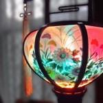 明かりの灯ったカラフルな盆提灯