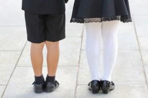 フォーマルは服装で七五三詣りをする男の子と女の子
