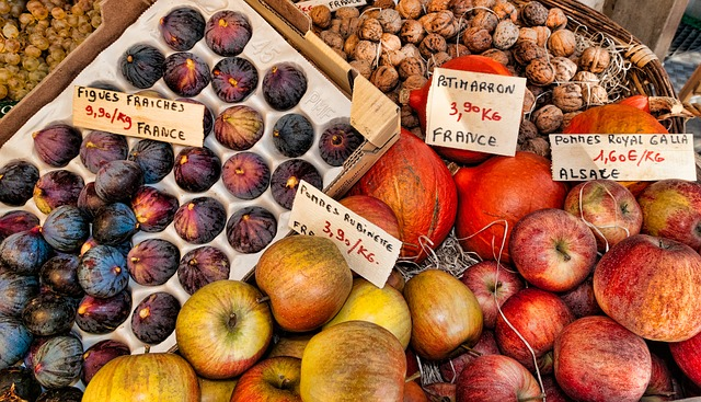 市場に並んだドライイチジクやフルーツ