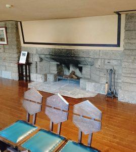ホールの暖炉