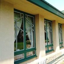 緑色の窓枠 幾何学的模様